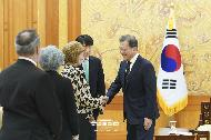 문재인 대통령이 5일 오후 청와대 본관에서 위겟 라벨르 국제반부패회의(IACC) 의장과 악수하고 있다.