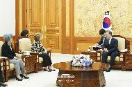 문재인 대통령이 5일 오후 청와대 본관에서 위겟 라벨르 국제반부패회의 의장과 접견하고 있다.