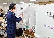 <p>정세균 국무총리가 21대 국회의원선거 사전투표 첫날인 10일 종로구 삼청동 주민센터에서 사전투표를 하고 있다.</p>