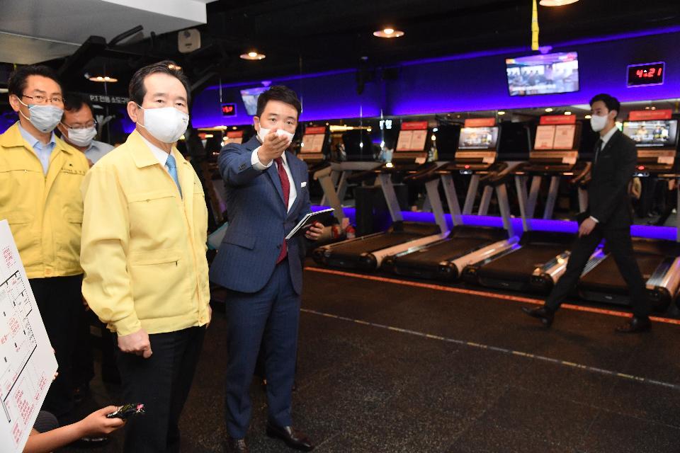 <p>정세균 국무총리가 15일 전자출입명부를 도입한 서울 종로구 실내 체육시설 현장을 방문, 현장을 점검하고 있다.&nbsp;</p>