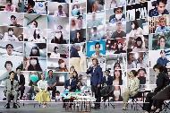 문재인 대통령이 2일 서울 송파구 올림픽공원 KSPO돔(구 체조경기장)에서 열린 '대한민국 동행세일, 가치삽시다' 행사에서 화상으로 참여한 동행세일 참가자들에게 인사말을 하고 있다.