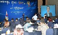 정세균 국무총리가 15일 세종 어진동 정부세종컨벤션센터에서 열린 국민추천포상 전수식에 참석, 포상 수여 및 축사를하고 있다.