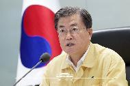 문재인 대통령이 4일 오후 청와대 위기관리센터에서 집중호우 대처 긴급상황점검회의를 주재하고 있다.