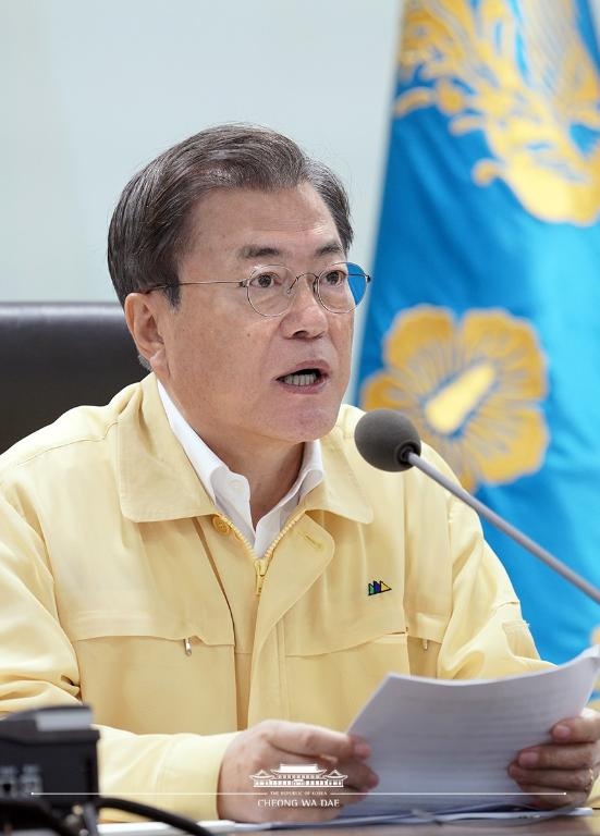 문재인 대통령이 4일 오후 청와대 위기관리센터에서 집중호우 대처 긴급 상황점검회의를 주재하고 있다.
