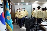 문재인 대통령이 4일 오후 청와대 위기관리센터에서 집중호우 대처 긴급상황점검회의를 주재하기 위해 입장하고 있다.