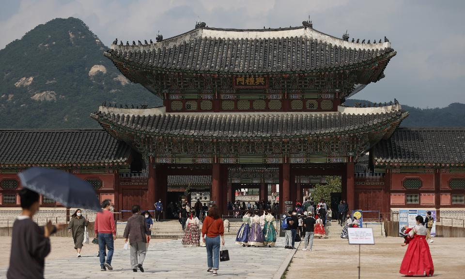 추석날인 1일 오후 서울 종로구 경복궁을 찾은 시민들이 예년에 비해 적어서 비교적 한산한 모습이다. 이날 경복궁은 추석연휴 기간 동안 오전과 오후 각 4,000명으로 관람인원 제한을 두고 있다.