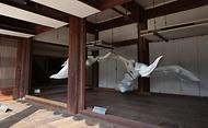 서울 중구 덕수궁 함녕전에서 아트 플랜트 아시아 2020 주제전-토끼 방향 오브젝트가 열려 덕수궁을 찾은 관람객이 전시 작품을 보고 있다.