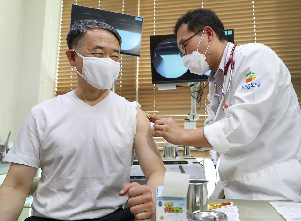 <p>박능후 보건복지부 장관이 27일 세종시 도담동에 위치한 병원에서 인플루엔자(독감) 백신 접종을 하고 있다. <br></p>