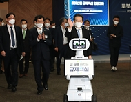 <p>정세균 국무총리가 28일 경기도 고양 킨텍스에서 열린 로봇산업 전문전시회인 2020 로보월드에 참석, 로봇 전시 부스를 둘러보고 로봇산업 규제혁신 관련 대화를 하고 있다.<br></p>