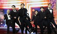 28일 서울 동대문구 경희대 평화의전당에서 2020 대한민국 대중문화예술상 온라인 시상식이 열렸다. 축하공연을 펼치고 있는 세븐틴.