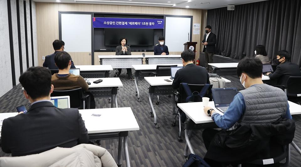 <p>박영선 중소벤처기업부 장관이 12일 오후 서울 마포 드림스퀘어에서 '소상공인간편결제 1조원 돌파 브리핑'을 하고 있다.<br></p>