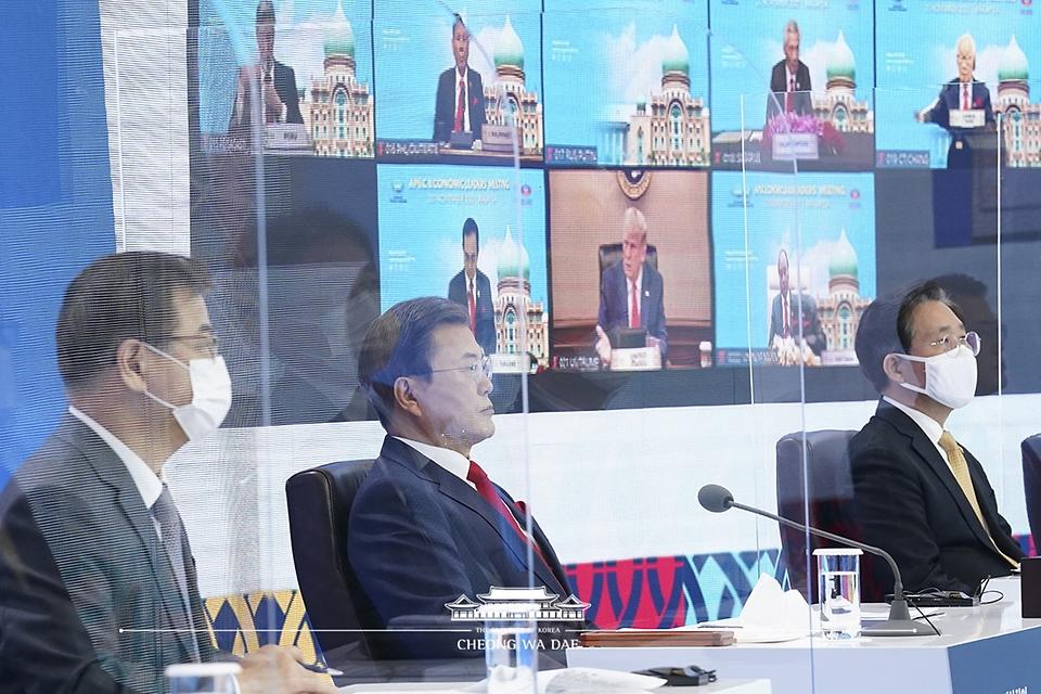 20일 청와대에서 화상으로 개최된 2020 아시아태평양경제협력체(APEC) 정상회의에서 문재인 대통령 뒤로 화상으로 참석한 도널드 트럼프 미국 대통령의 모습이 보이고 있다.