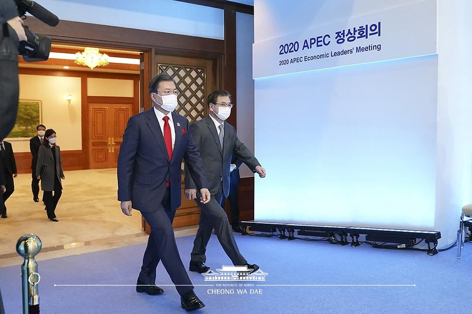 문재인 대통령이 20일 청와대에서 화상으로 개최된 2020 아시아태평양경제협력체(APEC) 정상회의에 참석하고 있다. 오른쪽은 서훈 국가안보실장.