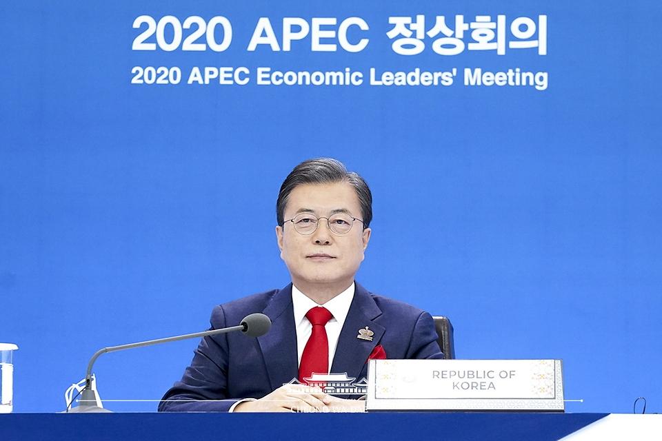 문재인 대통령이 20일 청와대에서 화상으로 개최된 2020 아시아태평양경제협력체(APEC) 정상회의에 참석하고 있다.