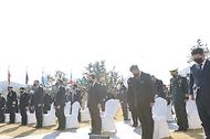 정세균 국무총리가 11일 부산유엔기념공원에서 열린 턴투워드부산 유엔참전용사 국제추모식에 참석하여 주한참전대사 및 주요내빈과 함께 국민의례를 하고 있다.