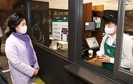 박영선 중소벤처기업부 장관이 30일 오전 서울 중구 스타벅스 소공아카데미에서 열린 스타벅스 리스타트 지원프로그램 교육 수료식에 참석해 교육 수료생들과 대화를 하고 있다.