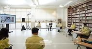 문재인 대통령이 29일 신종 코로나바이러스 감염증(코로나19) 자가격리 대상 수험생을 위해 별도 시험장으로 마련된 서울 용산구 오산고등학교를 방문, 2021학년도 대학수학능력시험 방역 준비 상황 영상점검을 하고 있다.