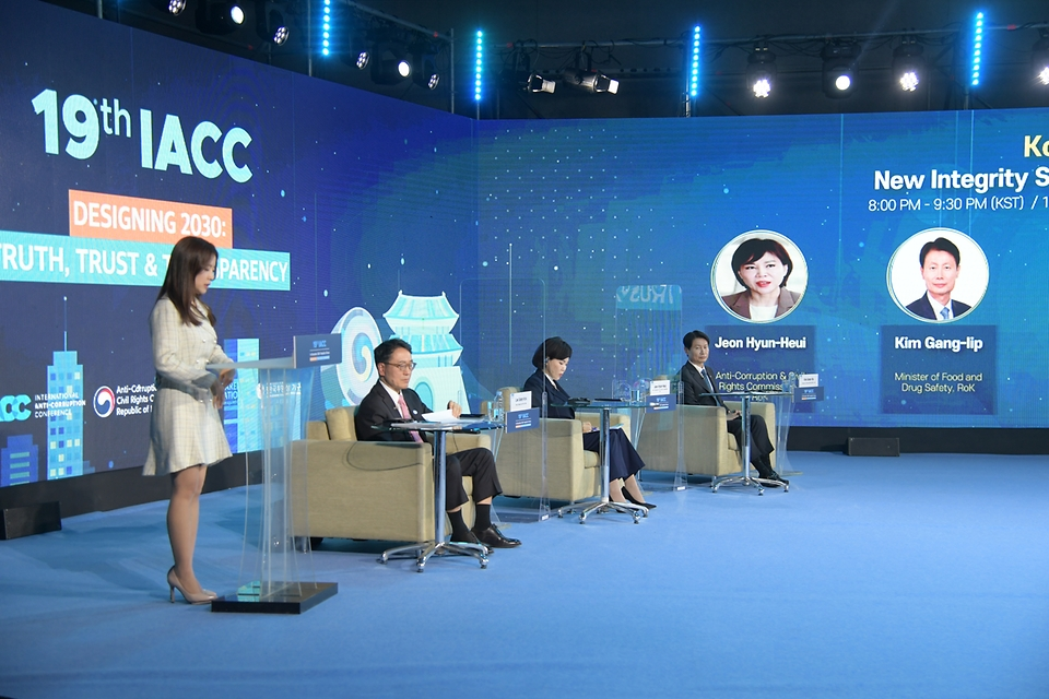 김강립 처장이 2일 서울 코엑스 그랜드볼룸 스튜디오에서 열린 '제19차 국제반부패회의(IACC)'에  참석하여 해외 연사 및 전현희 국민권익위원회 위원장, 이성규 변호사와 함께 온라인 회의를 하고 있다.