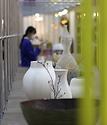 <p>3일 서울 강남구 삼성동 코엑스에서 2020 공예트렌드페어가 열려 관람객들이 다양한 공예품을 구경하고 있다</p>