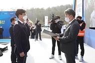 손명수 국토교통부 2차관이 11일 오전 울산-함양 고속도로 울주휴게소에서 열린 고속국도 제14호 함양울산선 밀양-울산 구간 개통식에서 수상자들에게 수여하고 있다.