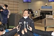 "<p>노석환 관세청장은 2020년 2월 6일 오후, 인천항&middot;공항세관에 대한 현장점검에 나서 마스크 등 위생용품의 밀수출 및 불법반출 행위 단속과 함께 신종 코로나바이러스 국내 확산 차단을 위해 시행되는 주요 조치들의 이행실태를 점검했습니다.</p> <p><br></p> <p>현장점검에서 노석환 관세청장은 ""국가적 위기를 조기에 극복하기 위해 관세행정 위기대응 체계를 가동중""이라며 ""전염병과 관련한 수출입기업의 패해 최소화를 위한 노력에도 역량을 총동원하겠다""고 밝혔습니다.</p>"