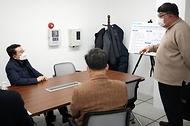양충모 새만금개발청장이 지난 1월 12일 대한민국 제1호 완주 상용차 수소충전소를 방문해 시설을 시찰하고, 충전소 운영주체인 전북테크노파크 관계자들을 격려했다.