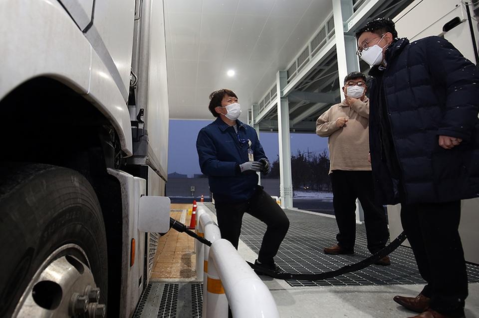 양충모 새만금개발청장이 지난 1월 12일 대한민국 제1호 완주 상용차 수소충전소를 방문해 충전소 운영주체인 전북테크노파크 관계자들을 격려했다.