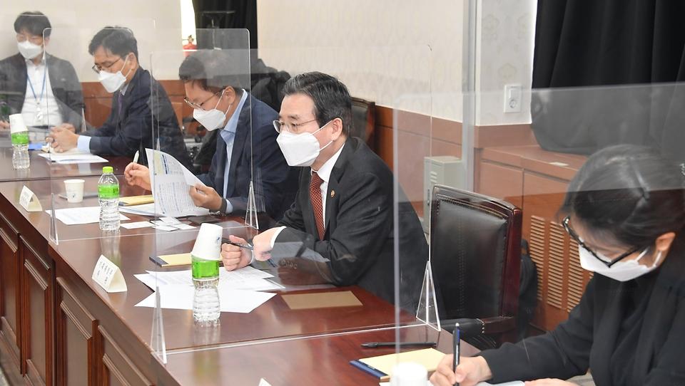 김용범 기획재정부 차관이 20일 서울 종로구 정부서울청사에서 열린 '인구정책 전문가 간담회'를 주재하고 있다.