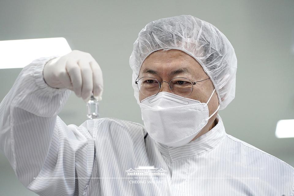 문재인 대통령이 20일 오전 경북 안동시 SK바이오사이언스 공장을 방문해 코로나19 백신 생산 시설을 시찰하던중 코로나19 백신을 살펴보고 있다.