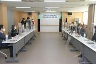 김강립 식품의약품안전처장이 20일 오후 경기도 안양시 동안구 한국의약품안전관리원에서 코로나19 치료제ㆍ백신 이상사례 관리 체계 보고를 받고 있다.