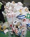 21일 오전 경기도 용인시 용인시재활용센터에서 코로나19관련 비대면 소비 활동으로 많아진 재활용 쓰레기를 분류해서 재활용품으로 정리하는 작업이 이루어지고 있다. 특히 집집마다 스티로폼 박스에 붙은 테이프가 제거되지 않은 채로 분리수거가 되다보니 테이프 제거 작업량도 증가하여 재활용품으로 정리하는 시간이 종전보다 두배 이상 늘어나고 있다.