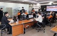 전해철 장관이 21일 오후 서울 중구 서울종합방재센터 종합상황실을 방문하여 소방 및 재난상황 대응체계 등을 점검하고 있다.