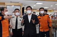 전해철 행정안전부 장관이 21일 오후 서울 중구 서울종합방재센터를 방문해 종합상황실을 둘러보고 있다.
