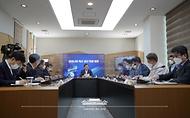 문재인 대통령이 20일 오전 경북 안동시 SK바이오사이언스 공장에서 열린 '코로나19 백신 기업 영상 간담회'에 참석해 발언하고 있다.