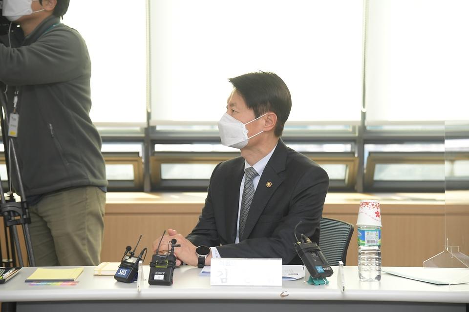 김강립 식품의약품안전처장이 20일 오후 경기도 안양시 동안구 한국의약품안전관리원을 방문하여 코로나19 백신의 안전관리 준비상황 및 계획을 점검하고 있다.