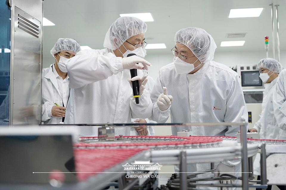 문재인 대통령이 20일 오전 경북 안동시 SK바이오사이언스 공장을 방문해 코로나19 백신을 살펴보고 있다.