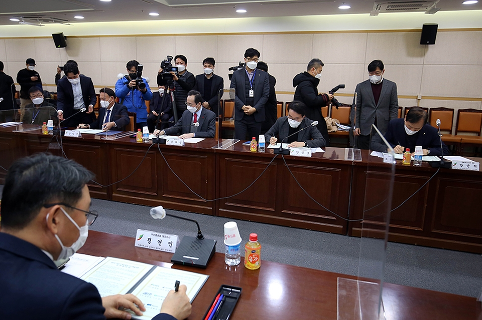 양충모 새만금개발청장이 19일 전북도청 중회의실에서 열린 새만금 그린수소 생산 클러스터 구축을 위한 업무협약에 참석했다.
