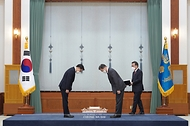 문재인 대통령이 21일 오전 청와대에서 김진욱 초대 고위공직자범죄수사처장에게 임명장을 수여하며 인사하고 있다.