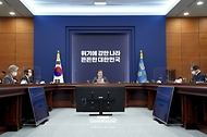 문재인 대통령이 21일 오후 청와대에서 열린 국가안전보장회의(NSC) 전체회의 및 외교안보부처 업무보고에 참석해 발언하고 있다.