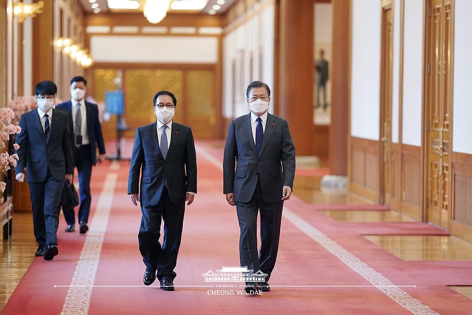 문재인 대통령이 21일 오전 청와대에서 열린 고위공직자범죄수사처장 임명장 수여식에 유영민 비서실장과 함께 참석하고 있다.