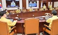 정세균 국무총리가 21일 세종로 정부서울청사에서 열린 코로나19 중앙재난안전대책본부 회의를 주재하고 있다.