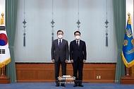 문재인 대통령이 21일 오전 청와대에서 김진욱 초대 고위공직자범죄수사처장에게 임명장을 수여하고 기념사진을 촬영하고 있다.