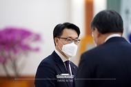 김진욱 고위공직자범죄수사처장이 21일 오전 청와대에서 열린 임명장 수여식에 참석해 신현수 민정수석과 대화하고 있다.