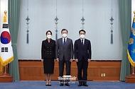 문재인 대통령이 21일 오전 청와대에서 김진욱 초대 고위공직자범죄수사처장에게 임명장을 수여하고 김 공수처장 내외와 기념사진을 촬영하고 있다