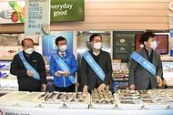 문성혁 해양수산부 장관이 2월 3일 이마트 세종점에서 열린 대한민국 수산대전 '설' 수산물 소비촉진 행사에 참여해 수산물을 직접판매하고 있다.