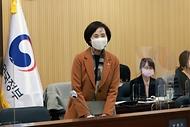 유은혜 사회부총리 겸 교육부 장관이 9일 정부세종청사 영상회의실에서 열린 서울-세종 영상 사회관계장관회의에 참석 하고 있다.