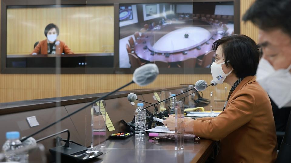 유은혜 사회부총리 겸 교육부 장관이 9일 정부세종청사 영상회의실에서 열린 서울-세종 영상 사회관계장관회의에서 모두발언을 하고 있다.