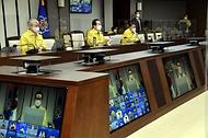 정세균 국무총리가 23일 세종 다솜로 정부세종청사에서 열린 코로나19 중앙재난안전대책본부 회의를 주재하고 있다.