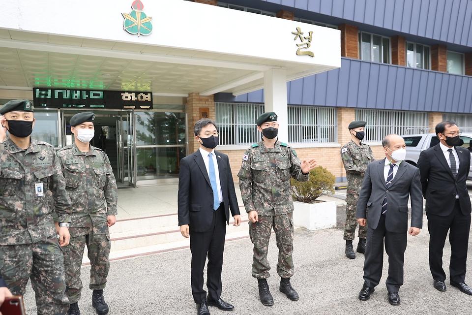 이남우 국가보훈처 차장이 25일  경북 안동백신센터 경계부터 안동 산불진화에 애써주신 50사단 일격여단을 방문하여 시설을 둘러보고 있다.