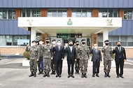 이남우 국가보훈처 차장이 25일  경북 안동백신센터 경계부터 안동 산불진화에 애써주신 50사단 일격여단을 방문하여  주요 내빈과 함께 기념촬영을 하고 있다.